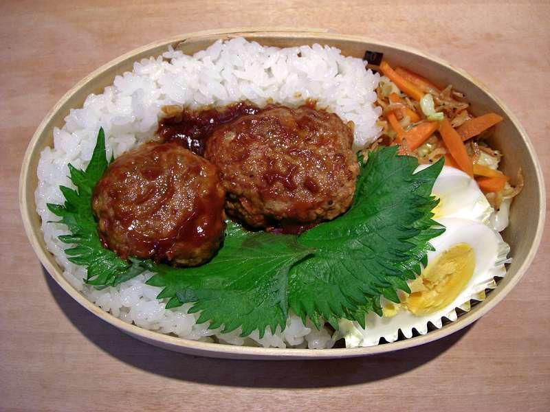 ハンバーグ キャベツと人参と桜エビ醤油炒め