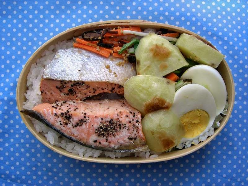 鮭とじゃがいも オーブン塩こしょう焼き 水菜と人参塩昆布和え