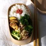 仕事始めの曲げわっぱ弁当は、優しい味わいで。鶏と菜の花の煮物など。