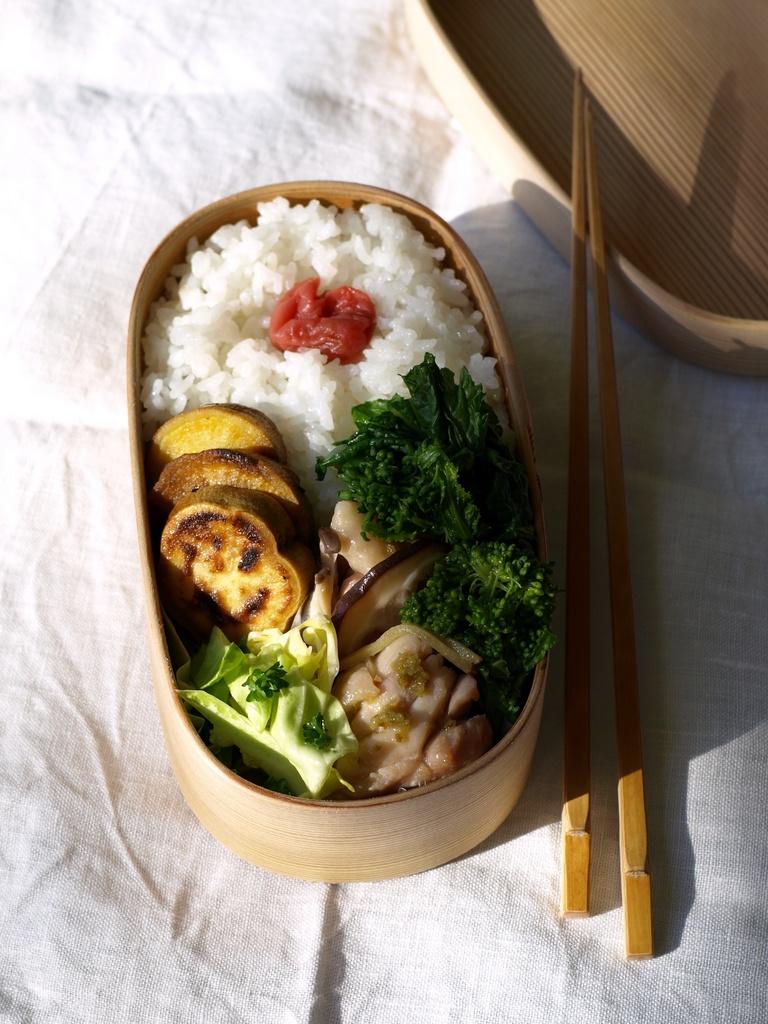 鶏と菜の花の煮物の曲げわっぱ弁当