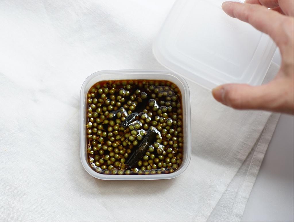 醤油漬けは小さなタッパーに。保存食を作るときに限ってちょうどいい瓶がない…