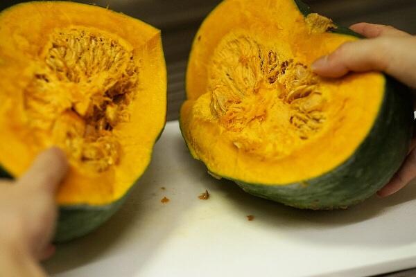(日本語) ネットで見つけたかぼちゃの切り方を試してみたら、丸ごとから煮物サイズまで簡単に切れた!