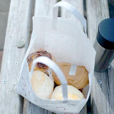 シンプルな丸パンのサンドイッチと、熱い紅茶。