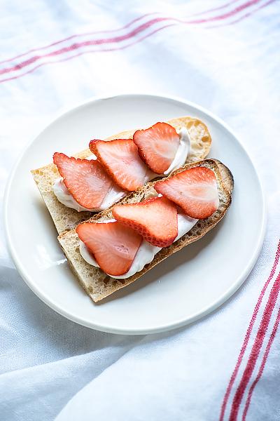 strawberry-mascarpone-tartine-1