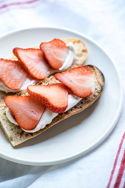 strawberry-mascarpone-tartine-2