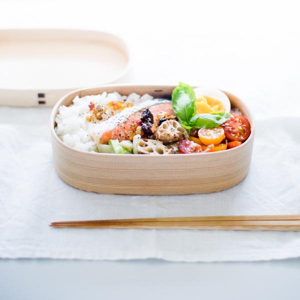 夏っぽくて秋らしい。焼き鮭と、ドライフルーツのオイル漬け弁当。