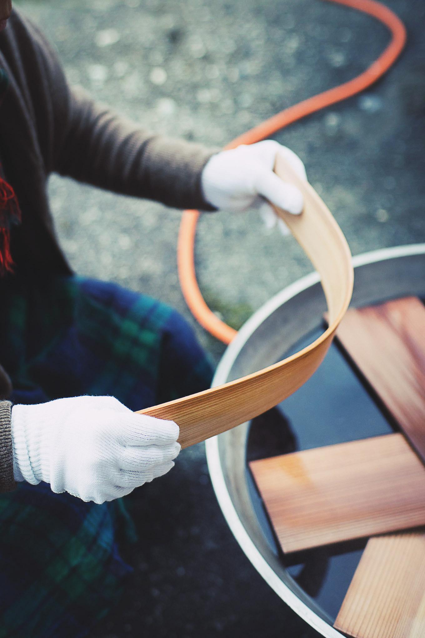 板を持っているのは木工作家のKちゃんです。