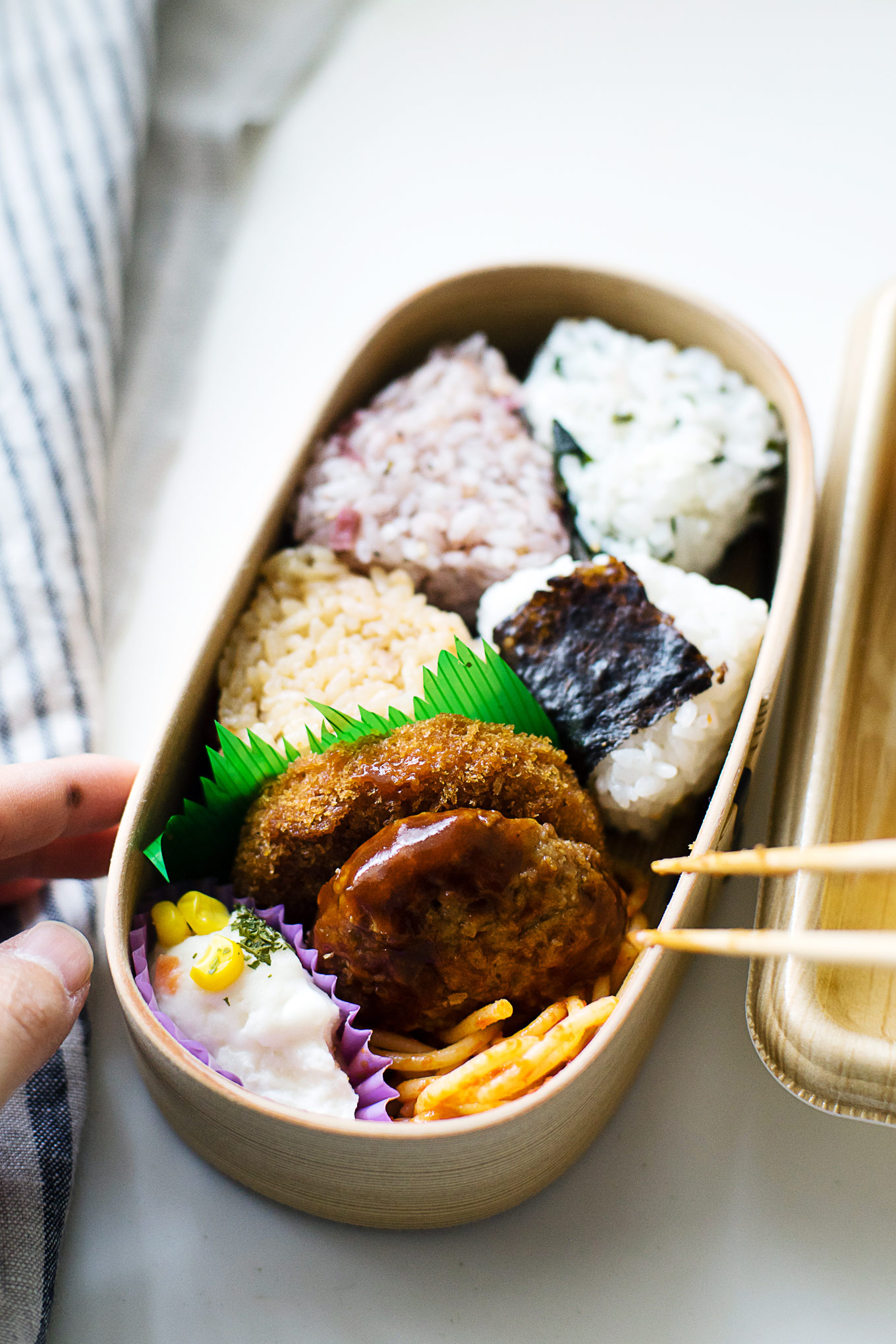 how-to-pack-convenience-store-bento-in-a-magewappa-lunch-box-9