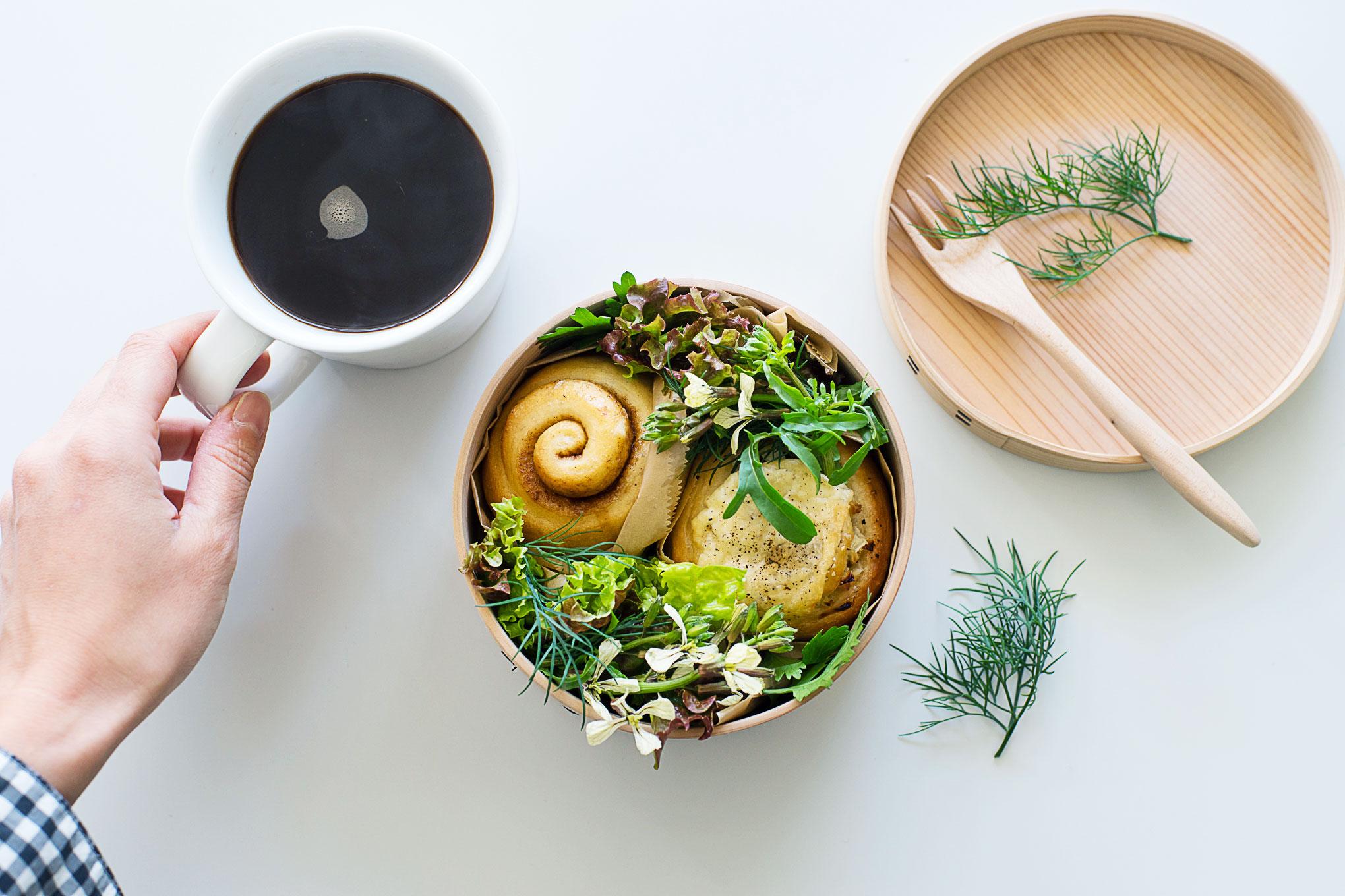たまには曲げわっぱを器として使おう。ぐるぐるシナモンロールとオニオンロールとお花のサラダ。