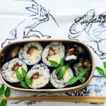 巻き寿司弁当の楽しみは、おかずが詰まった端っこを食べること。
