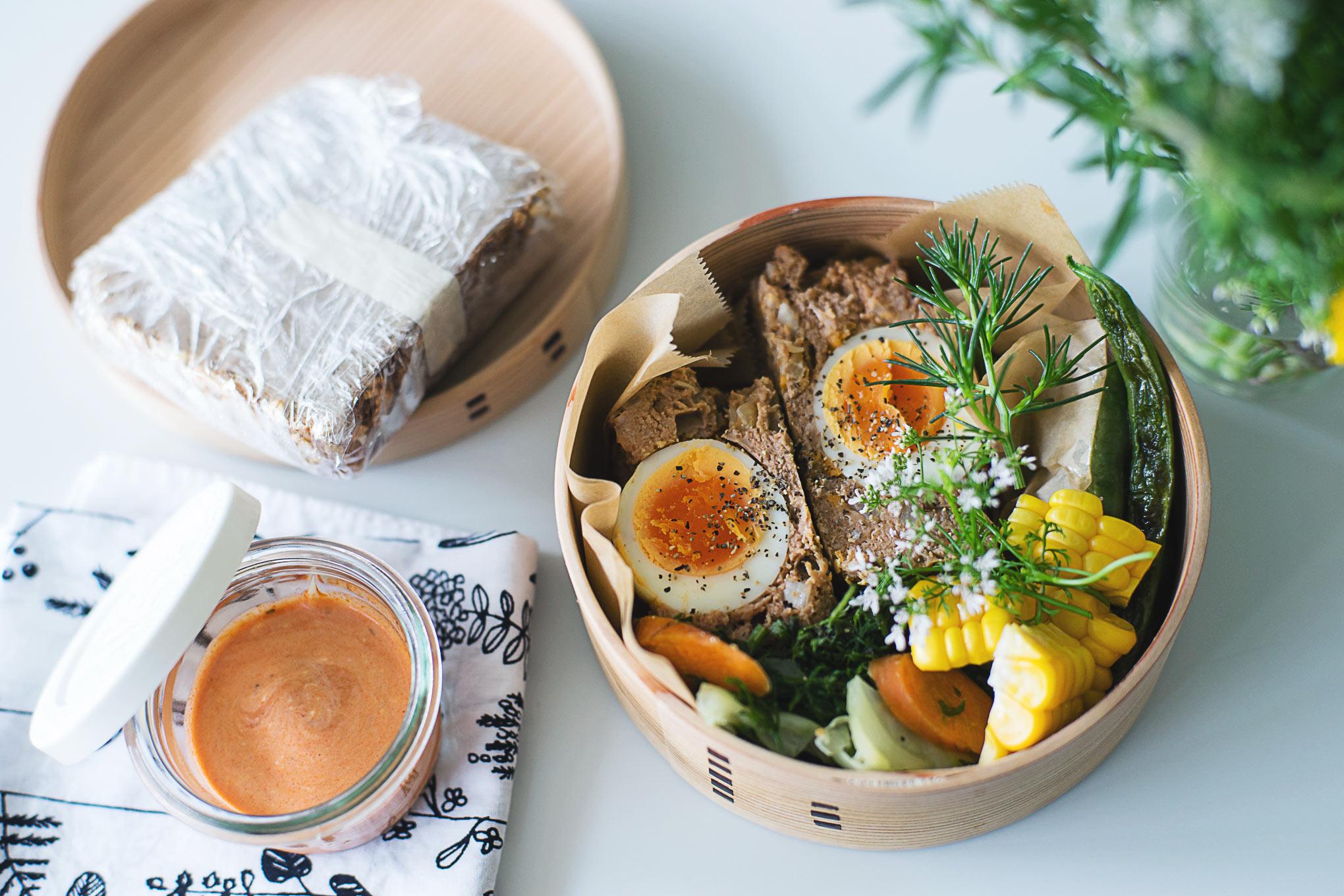 ゆで卵入りのミートローフ弁当と、冷凍サンドイッチ。