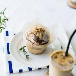 夏のおやつセット。ふんわりシナモンロールは、よく冷えたアイスカフェオレと共に。