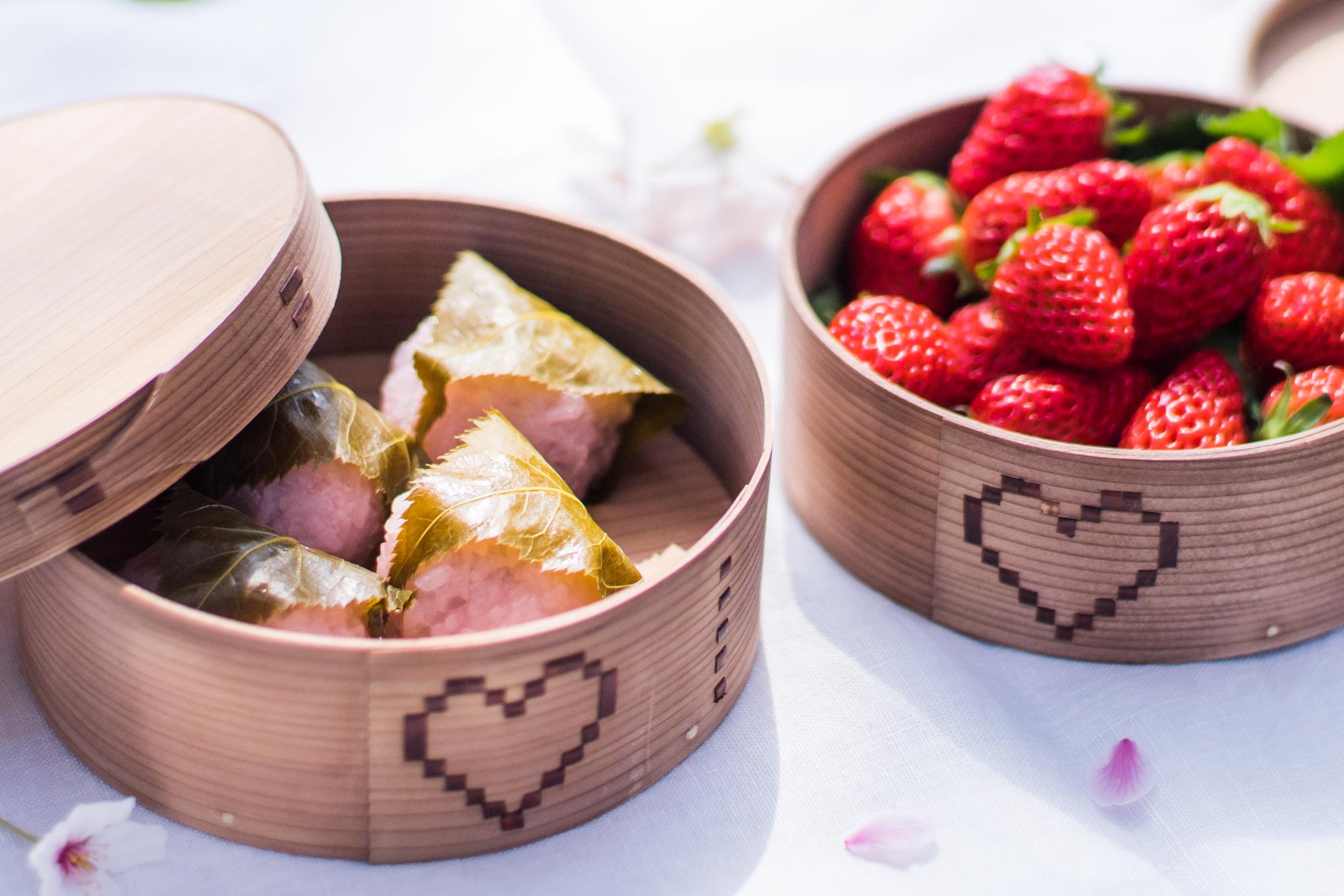桜餅といちご。ハートの手作り曲げわっぱに詰めたらこんなに可愛くてニヤニヤが止まらないです