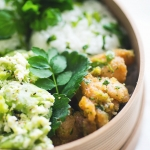 今の季節だけの緑の唐揚げレシピ。山椒の葉とともにすり鉢で和えて。