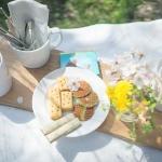 桜が満開になったから。コーヒーとお菓子をバスケットに詰めてピクニック。