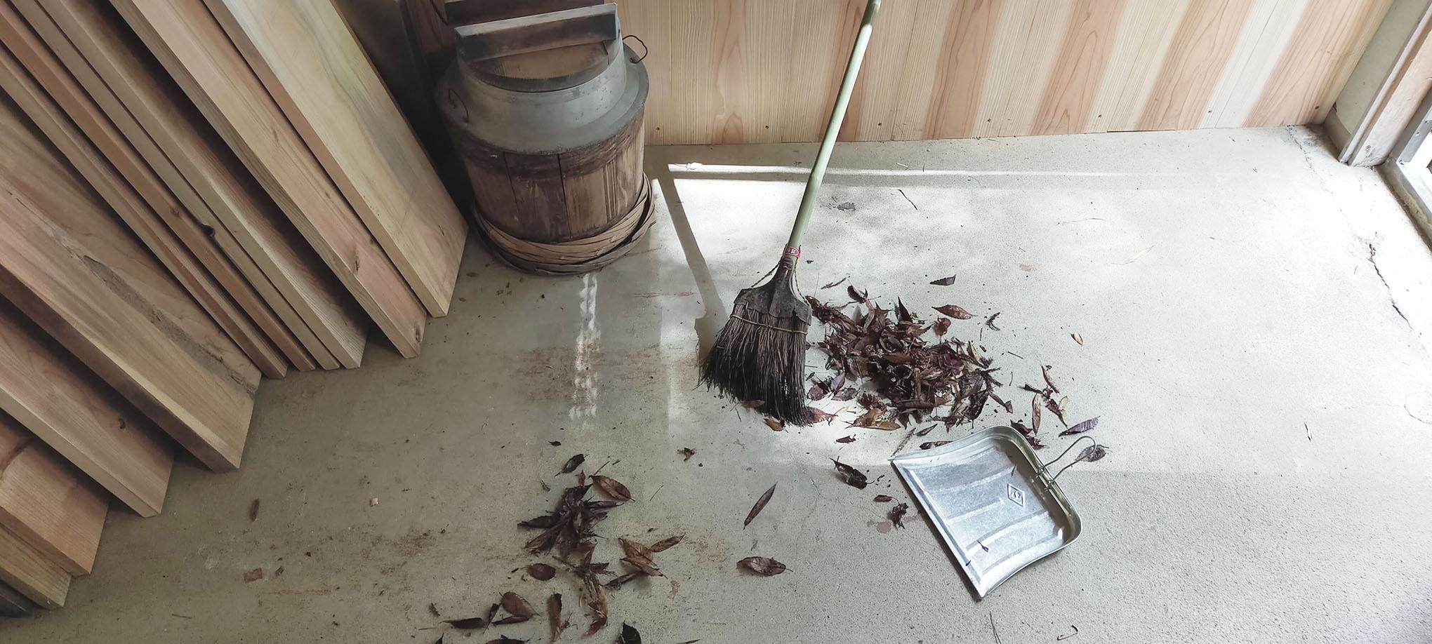 ヤッホー!暮らしの往復書簡vol.17落ち葉をばらまいて掃き掃除。